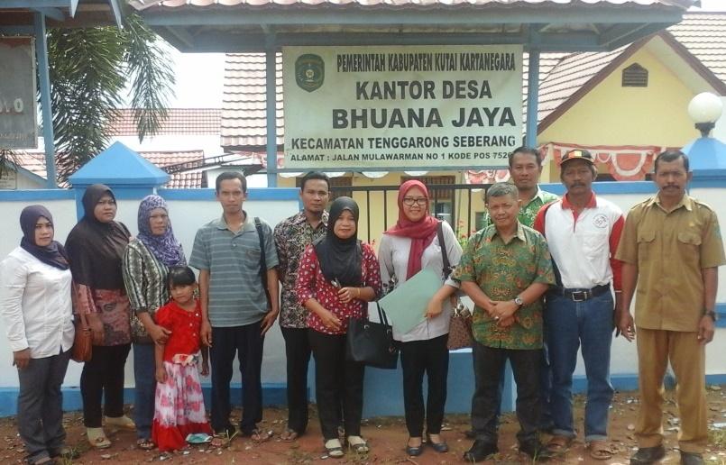 """Pengurus UBK """" Bukit Jaya mandiri """" berfoto bersama Bapak Fauzi dan Ibu Mufida ( Kementrian Desa DTT ) di desa Bhuana Jaya"""